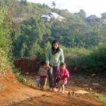 Giáo viên trèo đèo lội suối đến trường ở Lai Châu